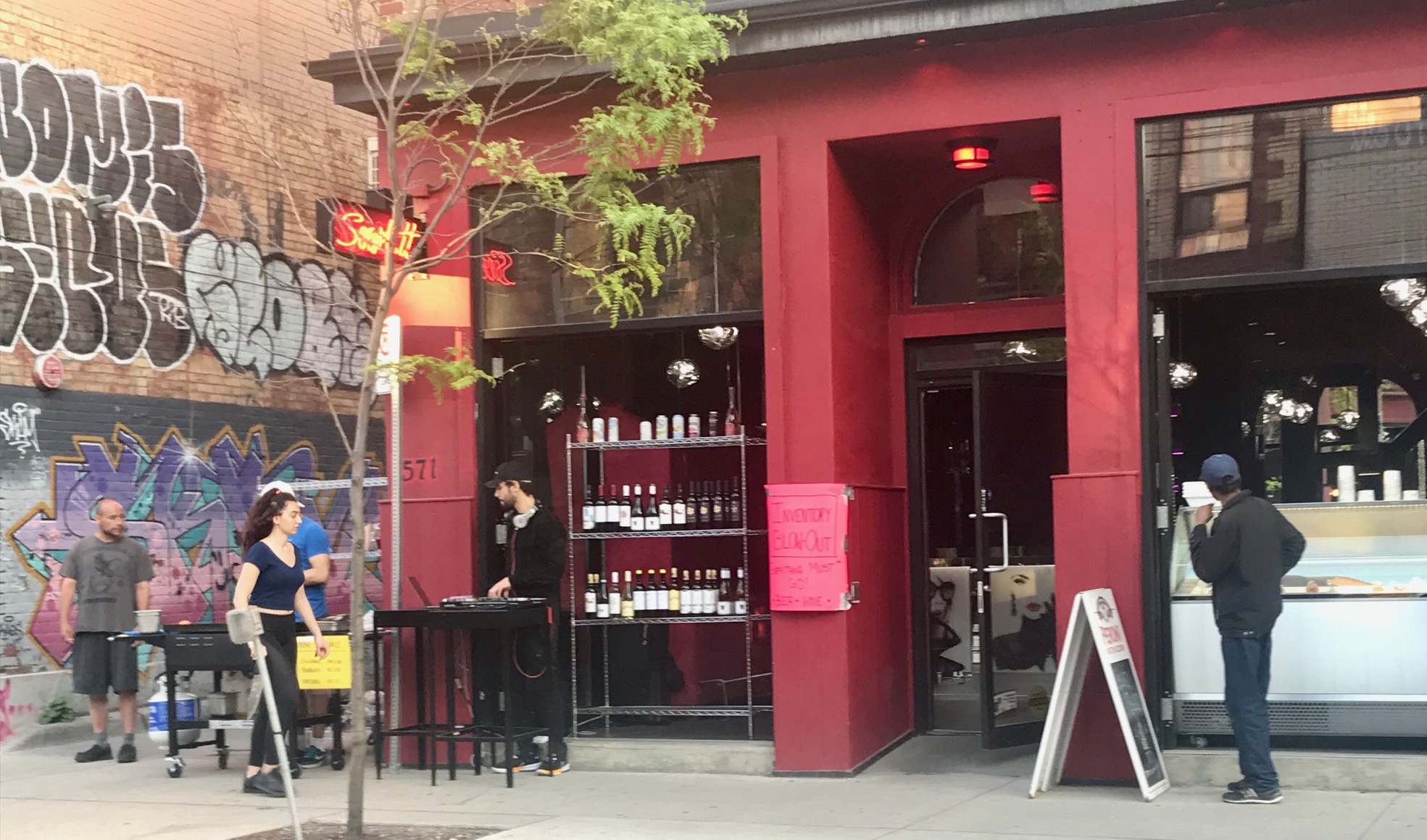 Toronto-restaurant-sells-drinks-outside-during-Covid.jpg